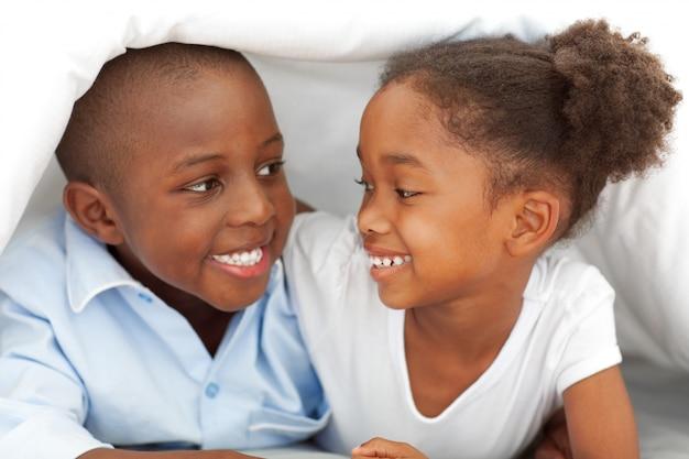 Portrait, rire, frères sœur, coucher lit