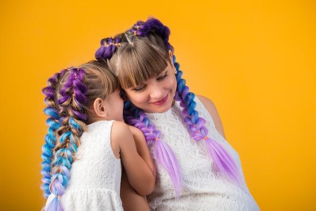Portrait de rire positif maman et fille
