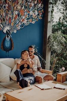 Portrait romantique d'un doux couple de beau mec et de sa séduisante épouse dans une chambre d'hôtel. loisirs en vacances en thaïlande.