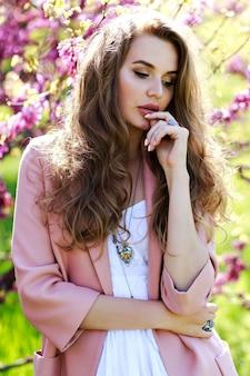 Portrait romantique jeune femme sensible