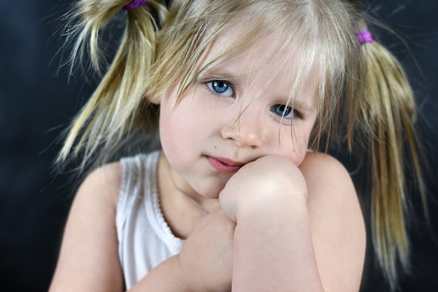 Portrait romantique d'une petite fille sur fond noir