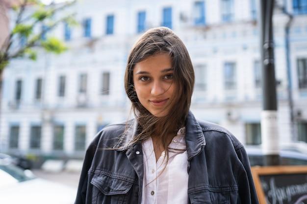 Portrait de rue à l'extérieur de la belle jeune femme brune
