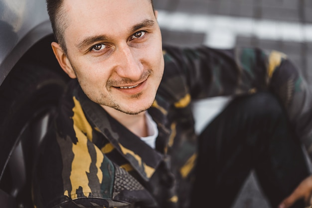 Portrait de rue jeune homme, homme de style militaire.
