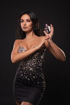 Portrait sans retouche belle femme avec flacon de parfum rose