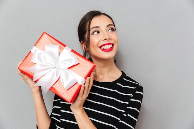 Portrait, satisfait, femme, tenue, cadeau, boîte