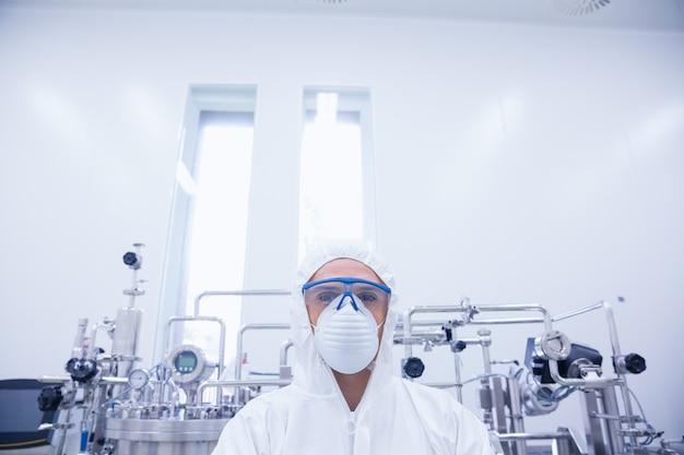 Portrait d'un scientifique en tenue de protection
