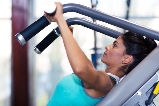 Portrait d'une séance d'entraînement de femme de remise en forme dans la salle de sport