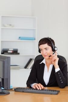 Portrait d'une secrétaire appelant avec un casque