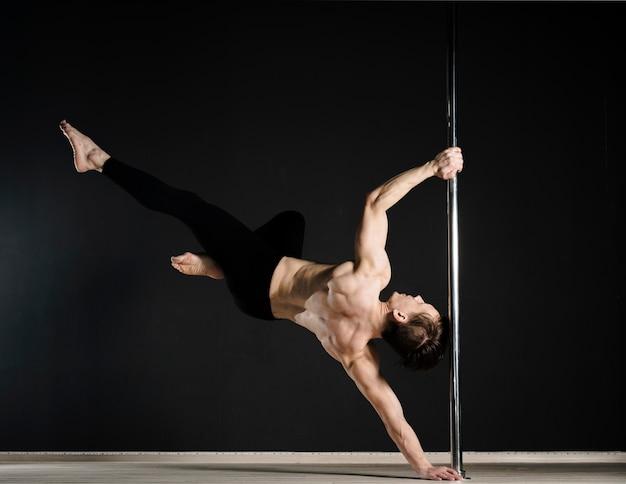 Portrait, de, séduisant, mâle, modèle, poteau, danse