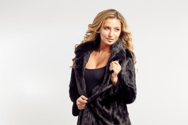 Portrait d'une séduisante dame en manteau de fourrure