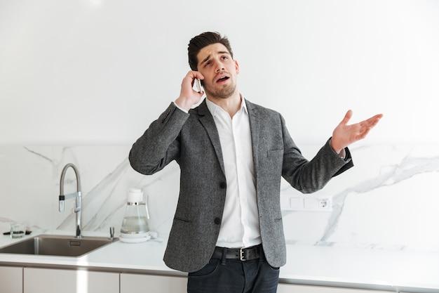 Portrait, sérieux, businesslike, homme, négociation, mobile, téléphone, affaires, quoique ...