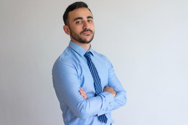 Portrait de sérieux homme d'affaires confiant