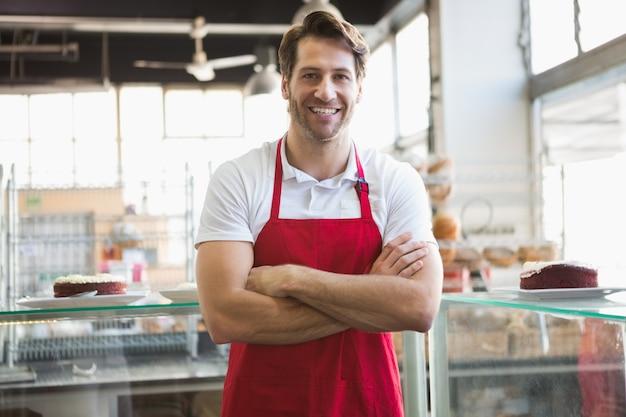 Portrait de serveur heureux avec les bras croisés