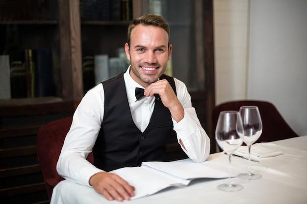 Portrait de serveur en train de lire le menu
