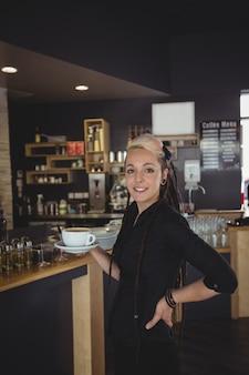 Portrait, de, serveuse, debout, à, tasse café