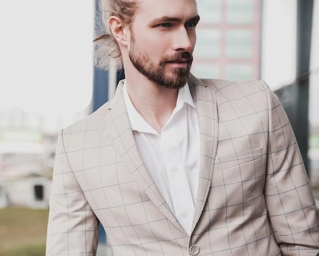 Portrait, de, sexy, beau, mode, mâle, modèle, homme, habillé, dans, élégant, beige, damier, complet, poser, rue