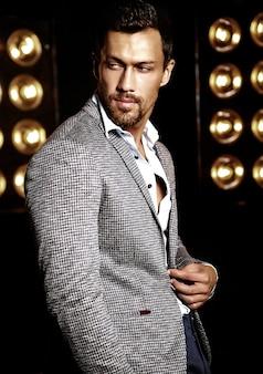 Portrait, de, sexy, beau, mode, mâle, modèle, homme, habillé, dans, élégant, complet, sur, noir, studio, lumières, fond