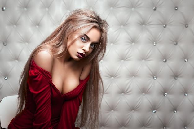 Portrait sexy d'une blonde en robe rouge