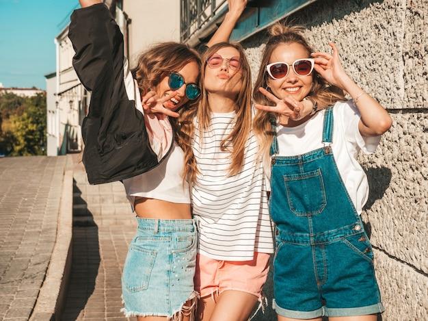 Portrait, de, sexy, insouciant, femmes, poser, sur, les, rue, arrière-plan., modèles positifs, amusant, dans, lunettes soleil., étreindre