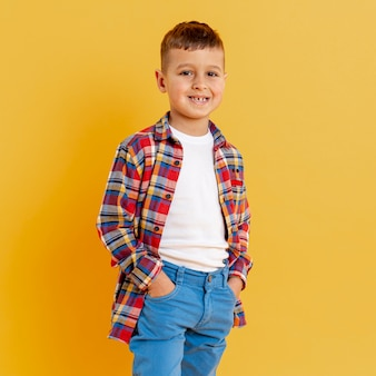 Portrait smiley petit garçon