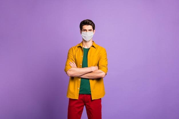 Portrait de son homme en bonne santé portant un masque de gaze de sécurité respirateur garder la distance sociale mesures préventives arrêter mers cov grippe virale pneumonie contagieuse isolé violet lilas fond de couleur pastel