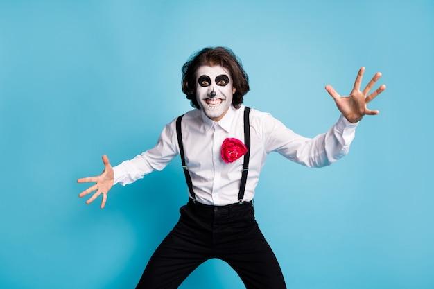 Portrait de son il beau effrayant diabolique élégant gai gai funky gentleman s'amusant vous effrayer craignez isolé brillant vif éclat bleu vibrant fond de couleur
