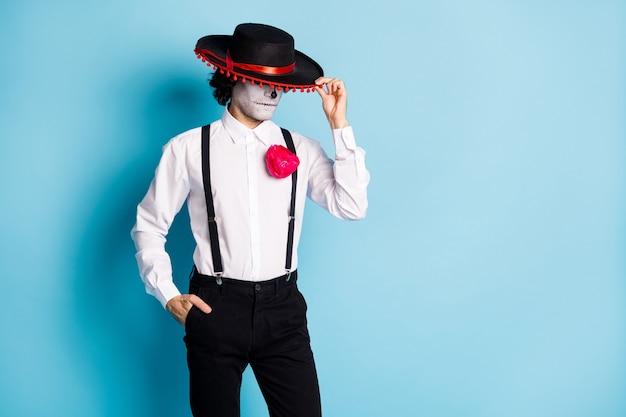 Portrait de son il effrayant effrayant effrayant mal chic imposant gars monsieur étranger portant sombrero cachant le visage carnaval copie espace isolé brillant vif éclat vibrant fond de couleur bleu