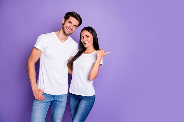 Portrait de son il elle elle belle attrayante belle couple joyeux joyeux étreindre fille montrant copie espace nouveauté nouvelles look isolé sur fond pastel de couleur violet violet lilas