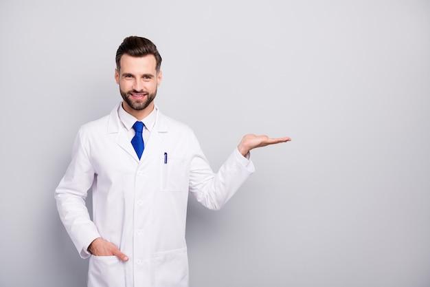 Portrait de son il nice attrayant joyeux joyeux doc biologiste tenant sur palm copie espace vide vide nouvelle solution isolée sur couleur pastel gris blanc clair