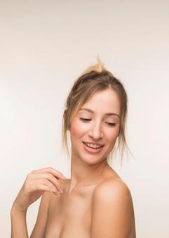 Portrait souriant de belle femme