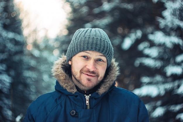 Portrait de souriant chasseur forestier homme barbu dans le
