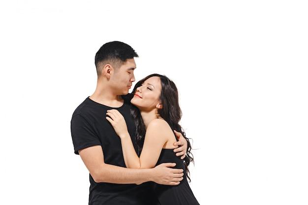 Portrait de souriant couple coréen isolé sur blanc