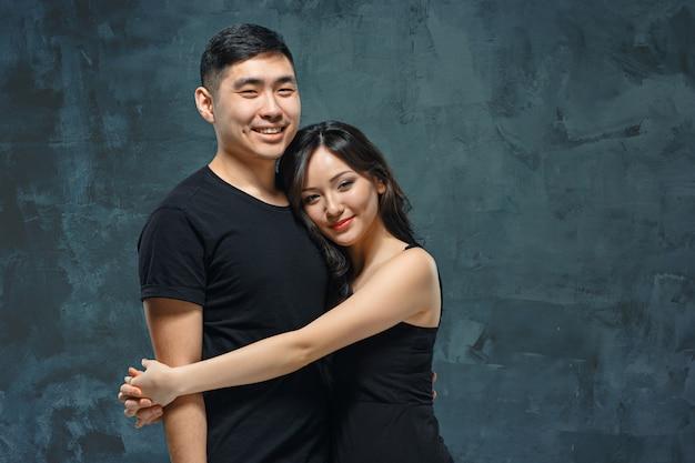 Portrait de souriant couple coréen