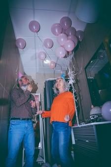 Portrait souriant du couple de personnes âgées célébrant la fête d'anniversaire