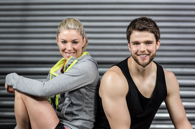 Portrait de souriant fit couple au gymnase de crossfit