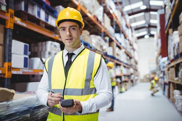 Portrait de souriant gestionnaire d'entrepôt en regardant la caméra