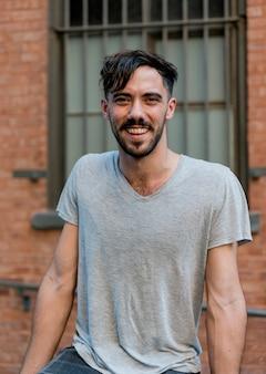 Portrait souriant homme regardant la caméra