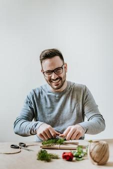 Portrait de souriant jeune homme d'emballage présente. concept de saint-valentin, anniversaire ou anniversaire.