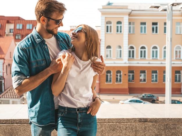 Portrait de souriante belle fille et son beau petit ami. femme en vêtements de jeans d'été décontracté.