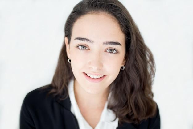 Portrait de souriante jolie étudiante