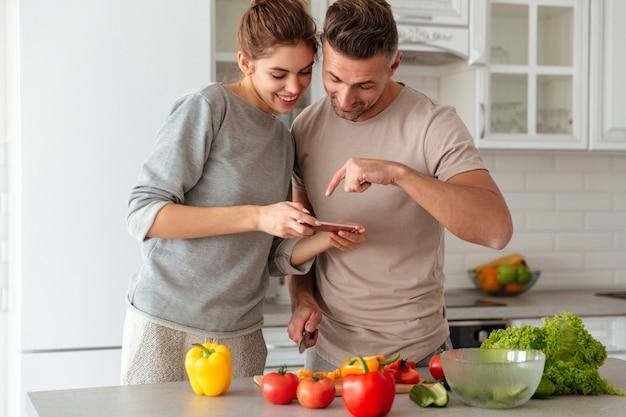 Portrait, sourire, aimer, couple, cuisine, salade, ensemble