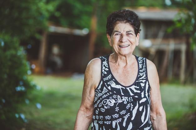 Portrait de sourire belle femme âgée à l'extérieur