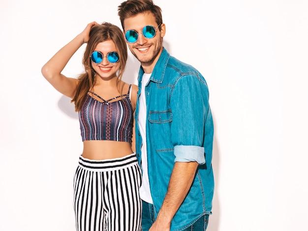 Portrait, de, sourire, belle fille, et, elle, beau, petit ami, rire., heureux, couple gai, dans, lunettes soleil.