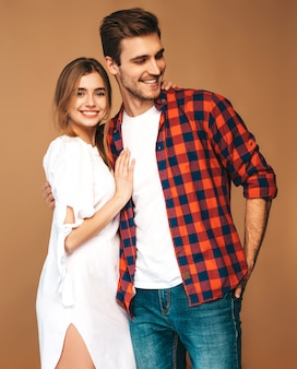 Portrait de sourire belle fille et son beau petit ami en riant.
