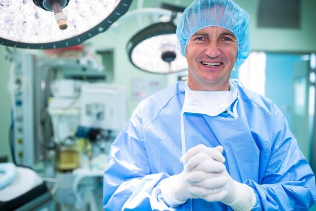 Portrait, de, sourire, chirurgiens, debout, dans, salle opération