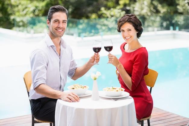 Portrait, sourire, couple, grillage, vin rouge