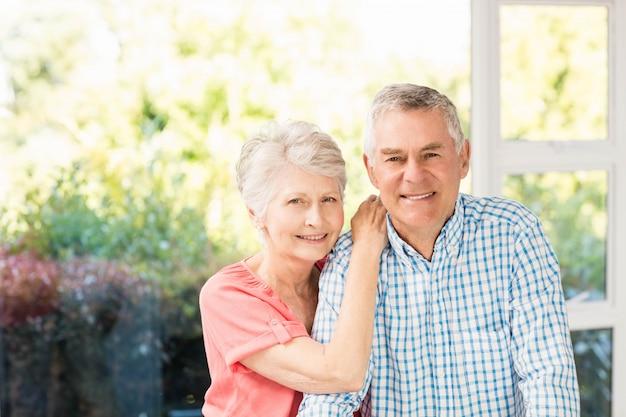 Portrait, sourire, couples aînés, chez soi