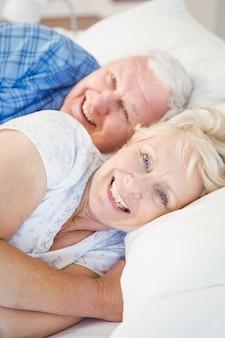 Portrait, de, sourire, couples aînés, reposer, lit