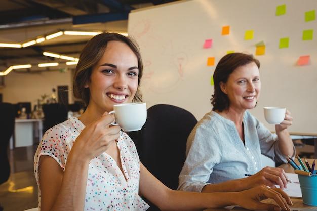 Portrait, de, sourire, dirigeants affaires, avoir, tasse café