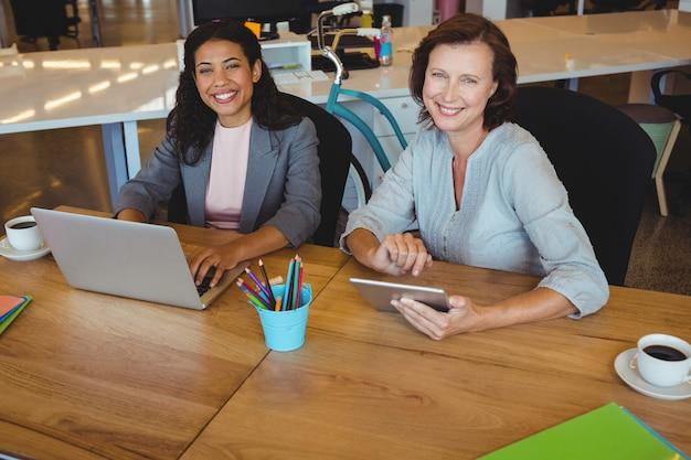 Portrait, de, sourire, dirigeants affaires, portable utilisation, et, tablette numérique